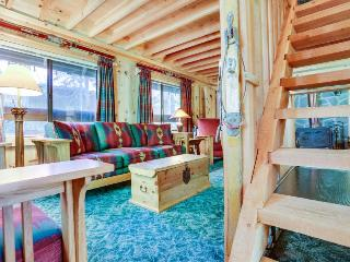 Charming Mt. Hood cabin - close to chairlifts, boutiques, shops, dining!, Government Camp