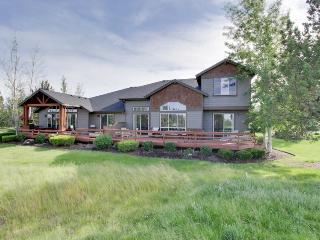 Amazing resort home w/golf course views & expansive deck + shared pool, hot tub