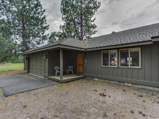 Fantastic resort location w/ a private hot tub & backyard!, Sunriver