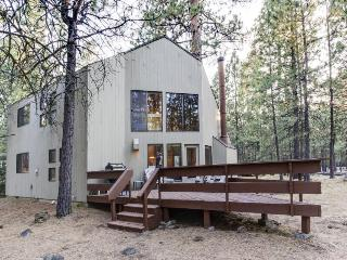 Wonderful lodge in the woods w/ WiFi, shared pool & hot tub
