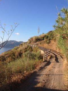 il sentiero sotto casa verso il capo davanti ai Faraglioni