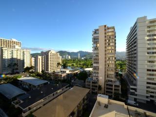 Beautiful Waikiki Condo with Free Parking