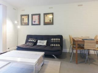 Stylish furnished self catered apartment close to SCGH and UWA