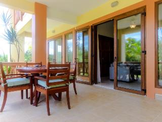 Lovely villa with access to pool, beach, and room for 6!, Placencia