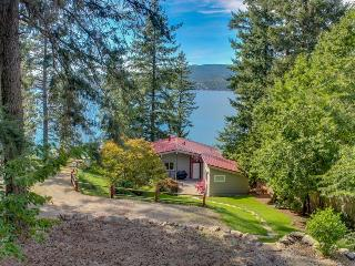 Secluded waterfront cabin & separate bungalow w/private beach & dock!, Coeur d'Alene