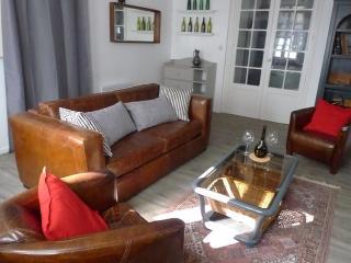 Salon avec TV écran plat et canapé convertible 2 places