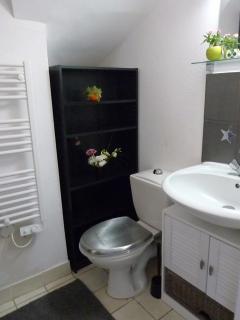 Salle de bain avec douche de 70 x 90 cm, toilettes et lavabo