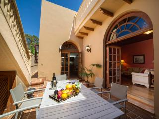 Explore, relax, enjoy. Los Oliva House just in the centre of Galdar town.