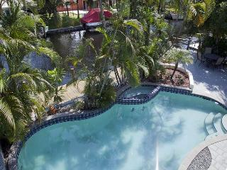 Waterfront 5BR w/ Heated Pool, 80 Ft Dock, 5 Mins to Downtown - Near Las Olas