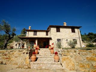 Detached villa with private pool and fenced garden at 200 meter from village, Montecchio
