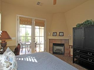 An Upstairs Legacy Villas Studio Overlooking the Community Lap Pool and BBQ!, La Quinta