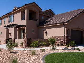 New Luxury 5 Bed 3 1/2 Bath Home, close to Zion's, St. George