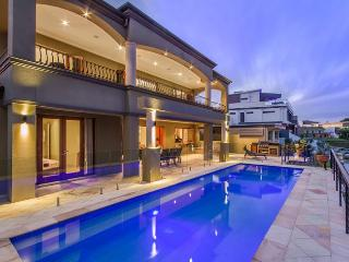 LAKELAND KEYS - Heated Pool / Walk to Pacific Fair, Broadbeach
