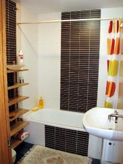 Baño del dormitorio principal con bañera.