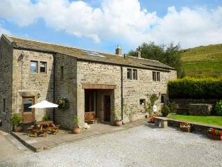 SWALLOW BARN, woodburner, WiFi, en-suites, Sky TV, stylish cottage near Silsden, Ref. 912256