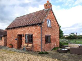 PARADISE COTTAGE, barn conversion, off road parking, garden, in Ilmington, Ref