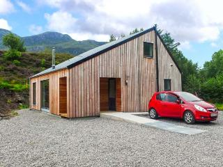 HIGHLAND SHORES, detached, eco-friendly, woodburner, WiFi, near Loch Long and Dornie, Ref 904019