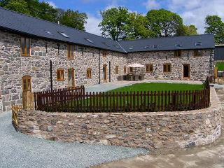 CASTELL COURTYARD, detached barn conversion, woodburner, hot tub, walks from door, family sized accommodation, near Llanrhaeadr ym Mochnant, Ref 905109