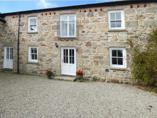 THE MILLING FARM, barn conversion, open fire, balcony, parking, garden, in Hayle, Ref 926926