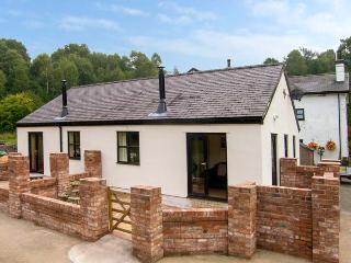 MEADOW VIEW, woodburner, private patio, pet-friendly, WiFi, nr Ruthin, Ref. 926968