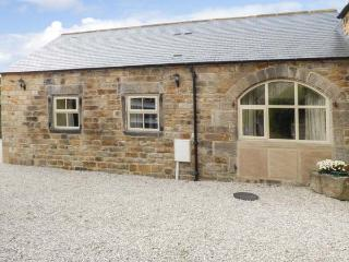 THE OLD BLACKSMITHS, beautiful stone cottage, en-suites, parking, side patio, in Ashover, Ref 927387