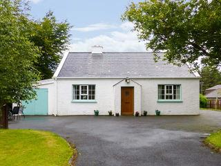 GLENVEAGH COTTAGE, detached, two sitting rooms, solid fuel stove, open fire, pet