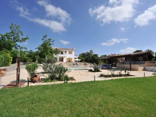 Amazing 5  Bed Villa - 2 pools - Sea Views, Argaka