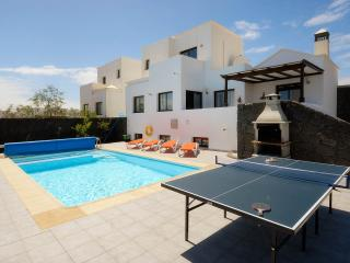 SUPERB VILLA, GREAT REVIEWS: LOVELY HEATED POOL,GAME OF TABLE TENNIS, AC