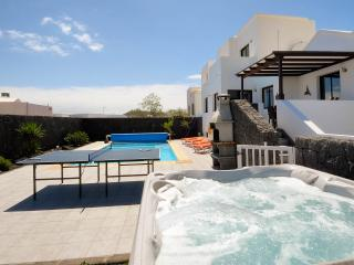 Large garden with Hot tub and table tennis, PLUS its gated.