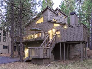 Private hot tub and beautifully updated kitchen await, Sunriver