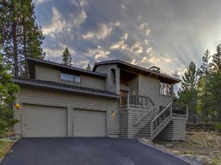 Gorgeous home w/ private hot tub, SHARC passes & entertainment - great location!, Sunriver