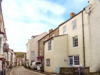 SAFE HARBOUR COTTAGE, patios with furniture, WiFi, beach 1 mins walk, Ref 905401, Staithes