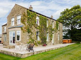 CRINGLES HOUSE, hot tub, en-suite facilities, WiFi, woodburning stove, patio with furniture, near Addingham, Ref 913080