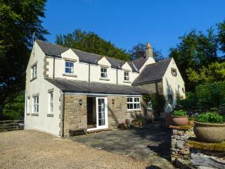 NEW HOUSE, pets welcome, superb views, woodburner, open fire and stove, sociable living, large garden, near Bramption, Ref. 922121