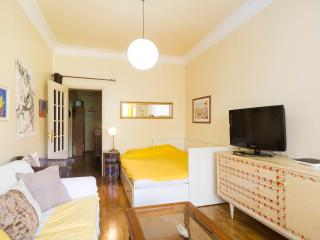 Big room +Wifi + Free Parking + Kitchen + TV Cable, Lisbon