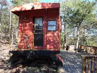 Caboose Cabin, Hot Tub, Private Deck, Secluded Wooded Views, Eureka Springs