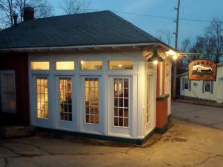 Texaco Bungalow - Historic Gas Station Suite, Large Deck, Full Kitchen, Eureka Springs