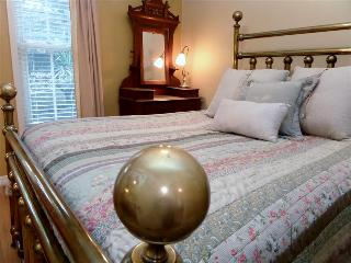 Hidden Garden Suite, Harken Lodging, 2 Room Suite, Downtown Eureka Springs