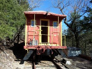Caboose Cabin 103, Secluded, Private Hot Tub, Large Deck, 3 mi to Downtown Eureka, Eureka Springs