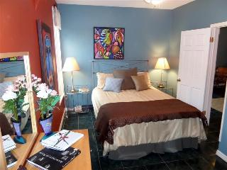 The Moderne Apt, Vibrant Artist's Suite in Downtown, Private Balcony, Eureka Springs