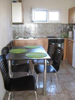 H(4+1): kitchen and dining room