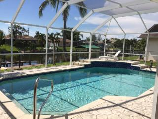 Villa on the Grand Canal, access to the Gulf of Mexico, pool, Cape Coral