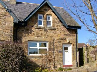 JASMINE COTTAGE, pet-friendly traditional cottage, close coastline in Lesbury, Ref 916003