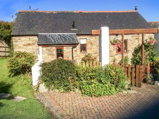 POLDARK COTTAGE, all ground floor, romantic retreat, parking, WiFi, in East