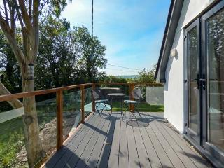 COLHAY STUDIO, woodburning stove, parking, gardens with water features, in Launceston, Ref 928808