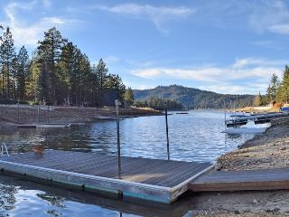 Lagunita Shores: Lakefront! Private Dock! Hot Tub!, Big Bear Lake