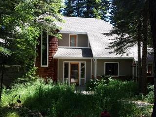 Spacious custom home on the pond and private hot tub, McCall
