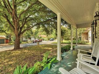 3BR/2BA SoLA Home, Gorgeous Outdoor Space, Walk to Restaurants and Shops, Austin