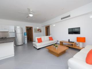 Fully equipped three-bedroom condo in beachfront complex (L6)