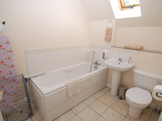 En Suite to the Main Bedroom. Free Fresh bath and Hand Towels